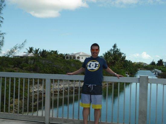 Atlantic Ocean Beach Villas: The villa is right behind me, I am facing Turle Cove Marina