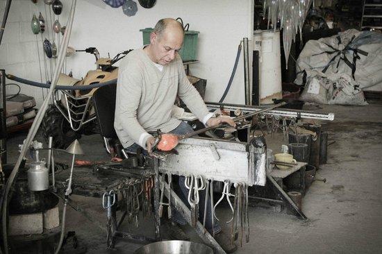 Glasform: John Ditchfield shaping glass.
