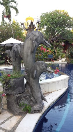 Suma Hotel Lovina Beach: Dolphin sculpture at the pool