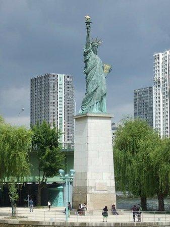 Statue of Liberty: セーヌ川・グルネル橋のたもとに建つ「自由の女神像」