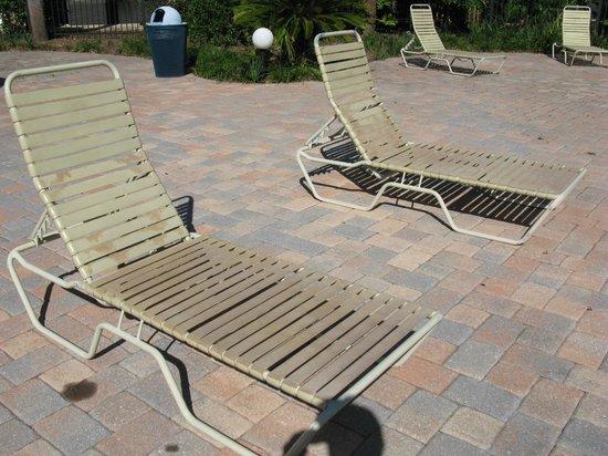 Maingate Lakeside Resort: dirty chairs