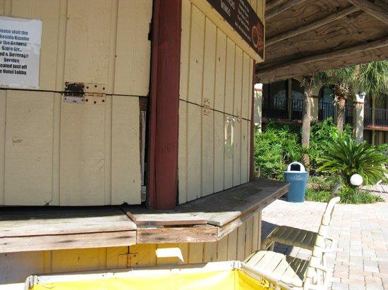 Maingate Lakeside Resort : closed bar
