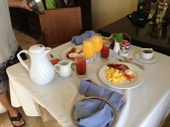Live Aqua Cancun All Inclusive: Room service breakfast!! Wow!!