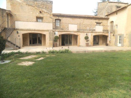 Domaine Des Escaunes : Vue d'une partie du domaine, sous les arches se trouve le restaurant.