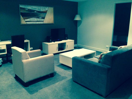 Oaks Plaza Pier Apartment Hotel: Living Room