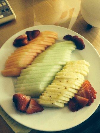 Renaissance Orlando Airport Hotel: Fruit Plate #2
