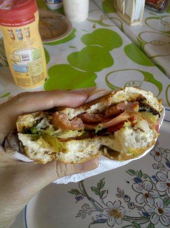 Tecozautla, México: torta de salchicha del restaurante de afuera