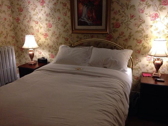 1862 Seasons On Main B&B : Our bed was turned down with chocolates waiting for us when we got back after dinner!