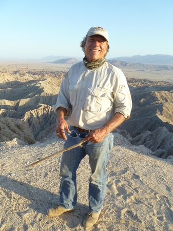 California Overland Desert Excursions : Joe presenting the badlands