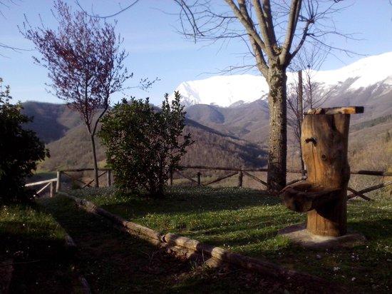 La Cittadella dei Monti Sibillini: Il Vettore visto dal giardino di La Cittadella