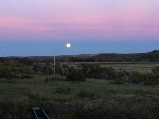 Waterton River Suites : Moonrise view looking East