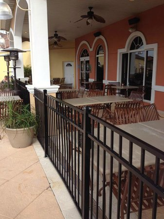 Regal Palms Resort & Spa: Restaurant outdoor seating area