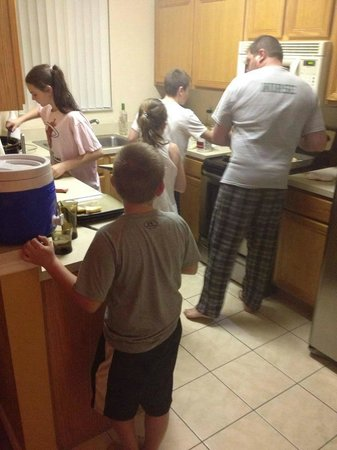 Regal Palms Resort & Spa: Busy kitchen after a day at the parks!