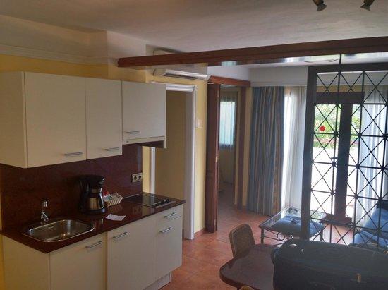 Suite Hotel Atlantis Fuerteventura Resort: Room 6243 near the relax pool Kitchen area