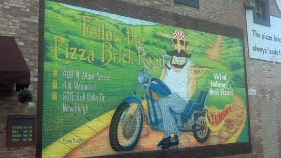 Turoni's Pizzery & Brewery: Painting on the side of the building