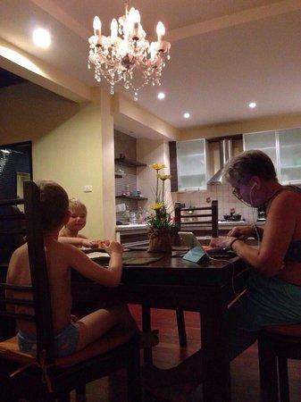 Sunset Apartment Phuket: Кухонная зона