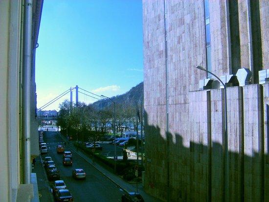 Hotel Zenit Budapest Palace: Vista dalla camera con il Ponte di Elisabetta (Erzsebet)