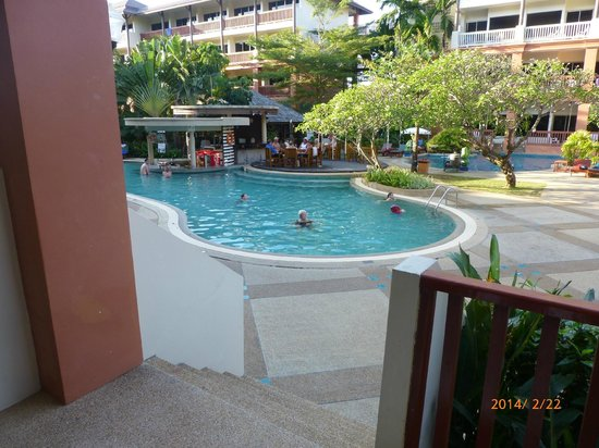 Kata Sea Breeze Resort: Poolen, en av dom.