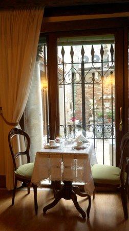 Hotel Al Ponte Mocenigo : Breakfast tables