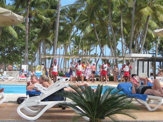 Hotel Riu Palace Macao: pool area, entertainment staff