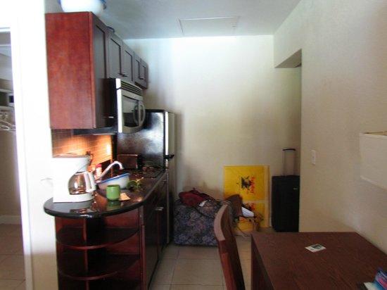 Divi Little Bay Beach Resort: Kitchenette, full fridge, microwave, stove