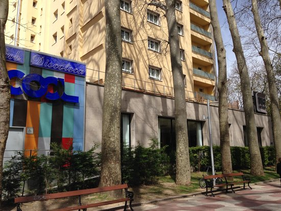 NH Canciller Ayala Vitoria : Edificio hotel con discoteca aneja