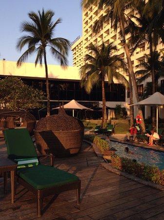 Sofitel Philippine Plaza Manila: Pool area
