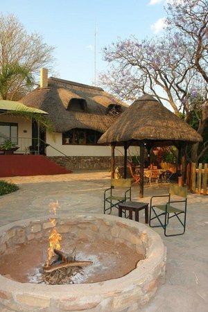 Toko Lodge & Safaris: Sundowner fire