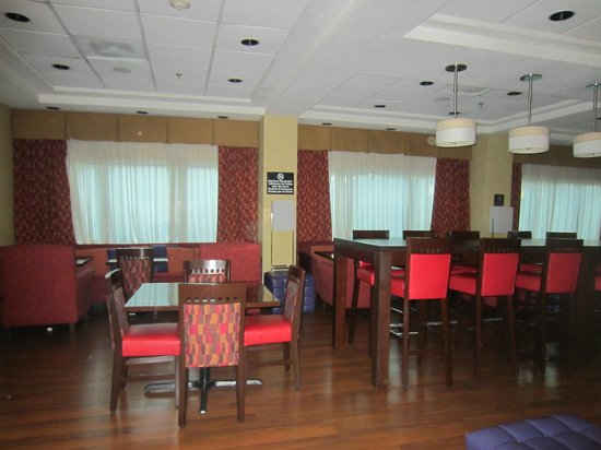 Hampton Inn by Hilton Guadalajara-Aeropuerto: dining room and bar