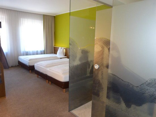 Glaswände Bad mit glaswand zum bad mit wc picture of basic hotel innsbruck