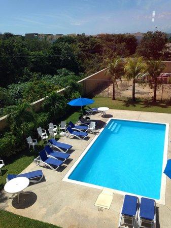City Express Playa del Carmen: La zona de la alberca/ piscina muy cómoda en la noche muy agradable para conversar y tomarse un