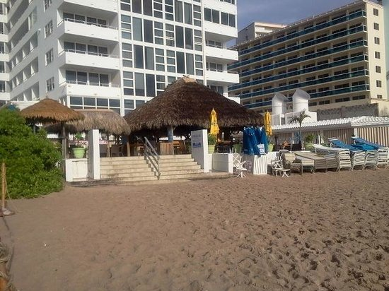 Ocean Manor Beach Resort Hotel: Tiki Bar and restaurant
