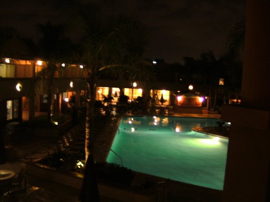 Handlery Hotel San Diego: View outside at night