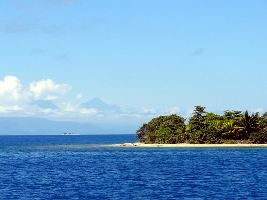 Ruthless Roatan Charters: Passing tip of one of the big islands with mainland and Pico Bonito (large mountain) in backgrou
