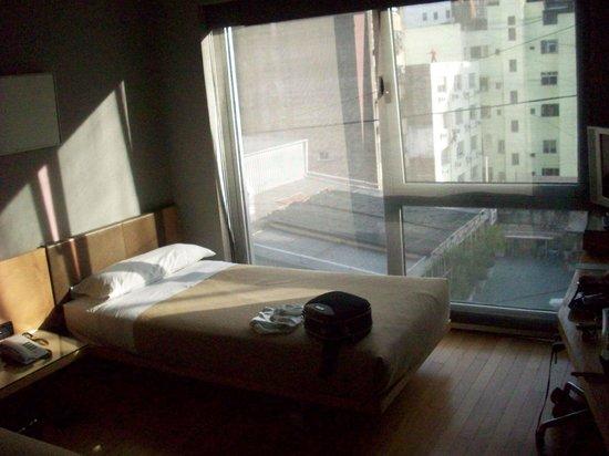 Vista Sol Buenos Aires: Tem um janelão com vista para prédios.E o interessante é que vimos muitas bandeiras do país.