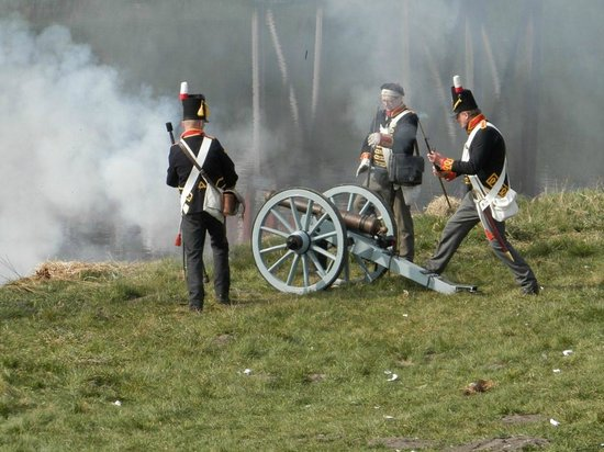 Bourtange, Belanda: British artillery firing at the fortress.