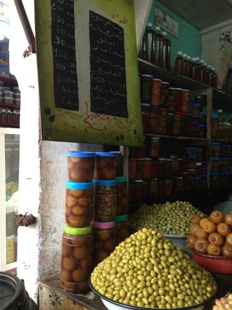 Souk Cuisine : buying preserved lemons and olives