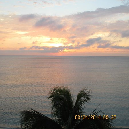 Pelican Grand Beach Resort, A Noble House Resort : Morning sunrise from balcony