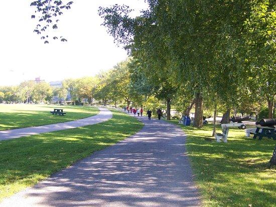 Plaines d'Abraham : Parc des Champs-de-Bataille, piste multifonctionnelle située près du Musée national des Beaux-Ar