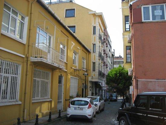Agora Life Hotel: Улочка, где расположен отель