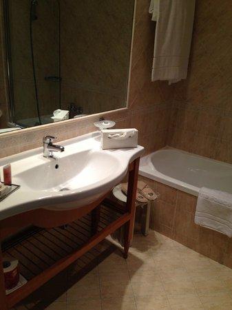 Colonna Palace Hotel: Bagno con vasca