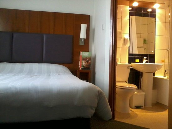 Premier Inn Gloucester (Twigworth) Hotel: Ensuite off to side.