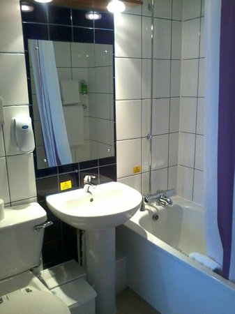 Premier Inn Gloucester (Twigworth) Hotel: Bathroom - small but clean and functional.