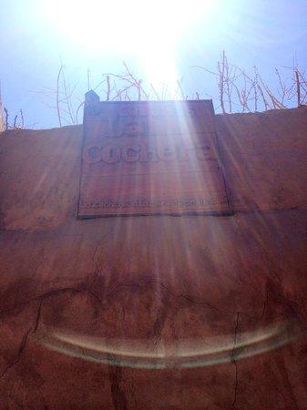Hotel La Cochera: Вывеска в лучах солнца