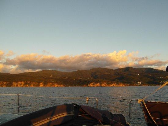 Les Balades de Keila : les reflets du soleil couchant sur la côte de Deshaies