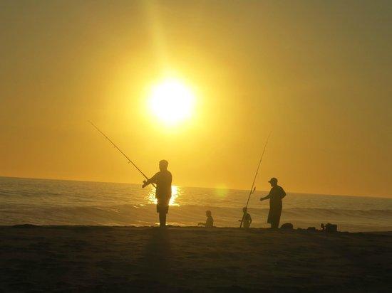 Playa Los Cerritos : Atardecer con pescadores en Todos Santos