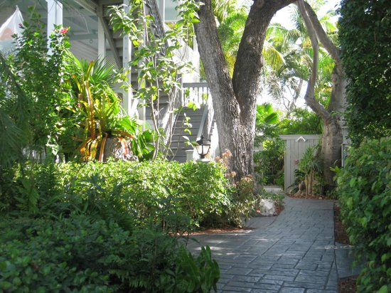 The Banyan Resort: Walkway to Gardens