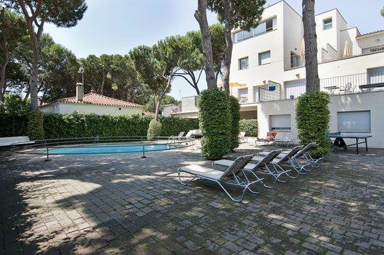 Apartamentos Porta Coeli: Piscina con solarium