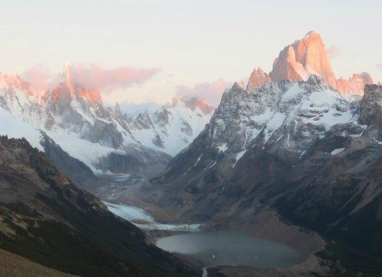 Chalten Suites Hotel: Cerro Fitz Roy from Loma del Pliegue Tumbado, dawn