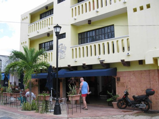 Flamingo Hotel: Entrance to the Flamingo with outside seating
